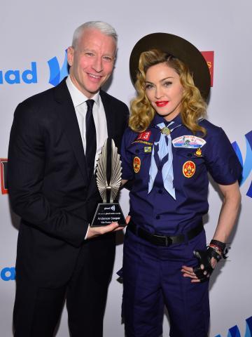 Anderson_Cooper_Madonna_backstage_1